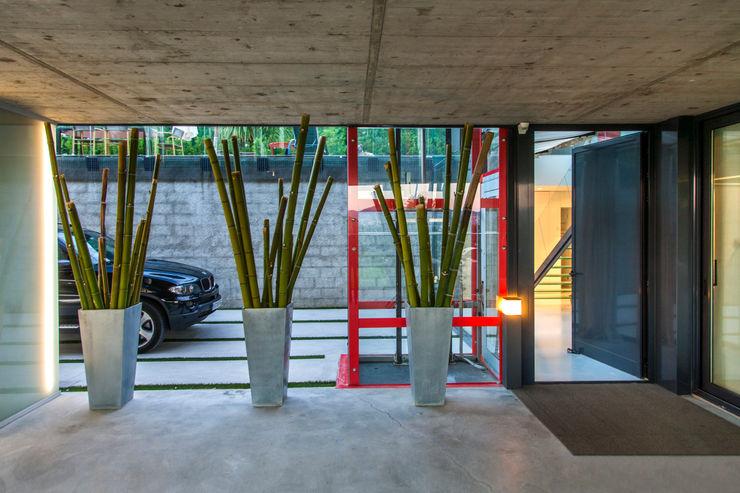 Mansión en el campo con aire urbano Belén Sueiro Garajes de estilo moderno