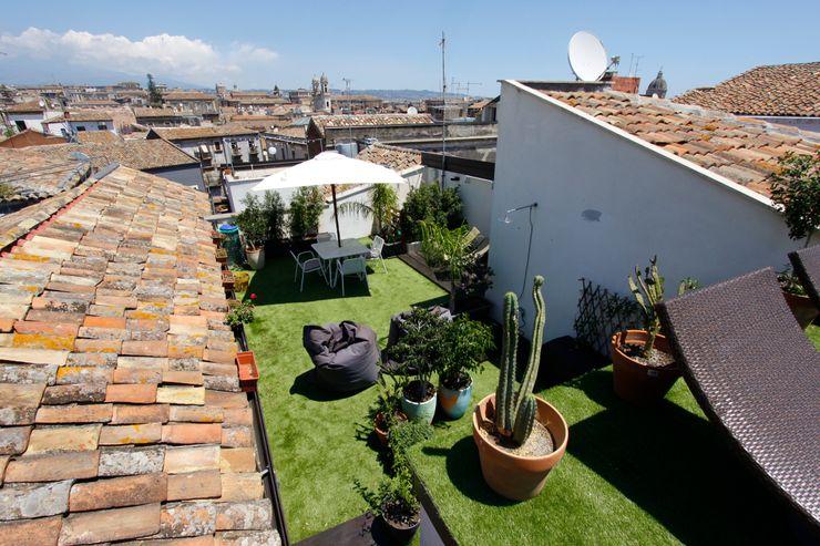 Attico vista castello medievale Bureau69 Architects Balcone, Veranda & Terrazza in stile moderno