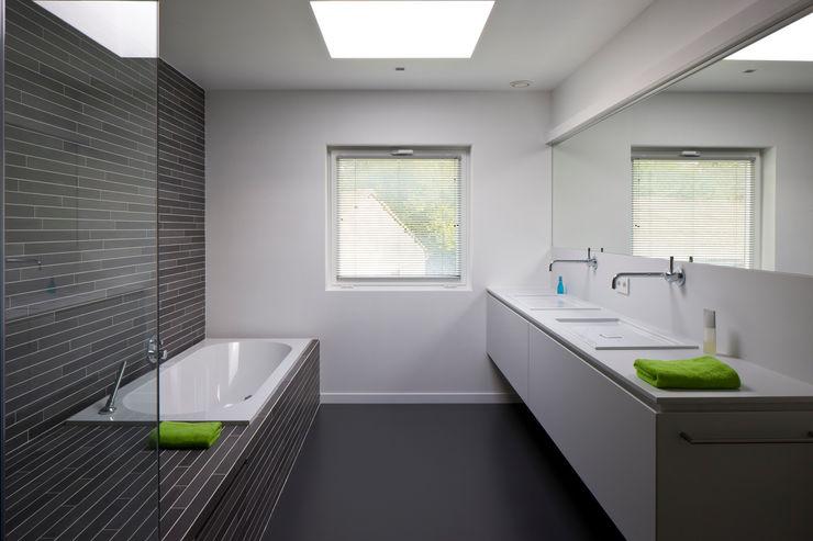 House WR Niko Wauters architecten bvba Minimalist style bathroom