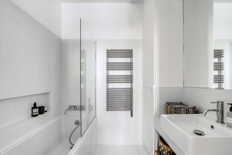 SALLE DE BAIN PROJET LAMARTINE, Transition Interior Design Architectes: Margaux Meza et Carla Lopez Photos: Meero Transition Interior Design Blanc