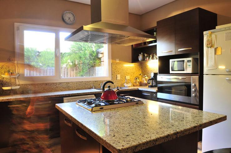 Encuentro Estudio Moron Saad Modern kitchen