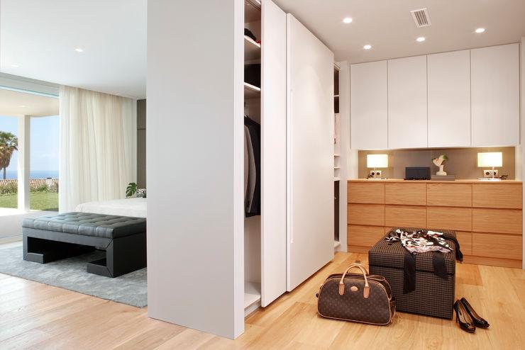 Molins Design Mediterranean style dressing room Wood White