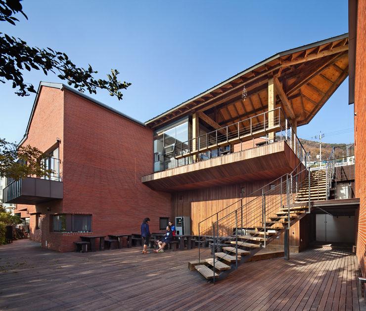 SOOGOOK VILLAGE 건축사사무소 오퍼스 모던스타일 발코니, 베란다 & 테라스