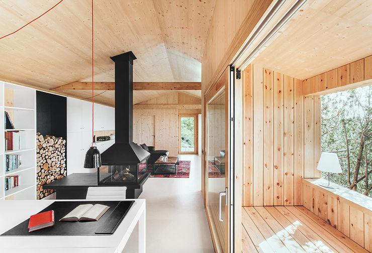 Casa estudio de madera dom arquitectura Estudios y despachos de estilo moderno