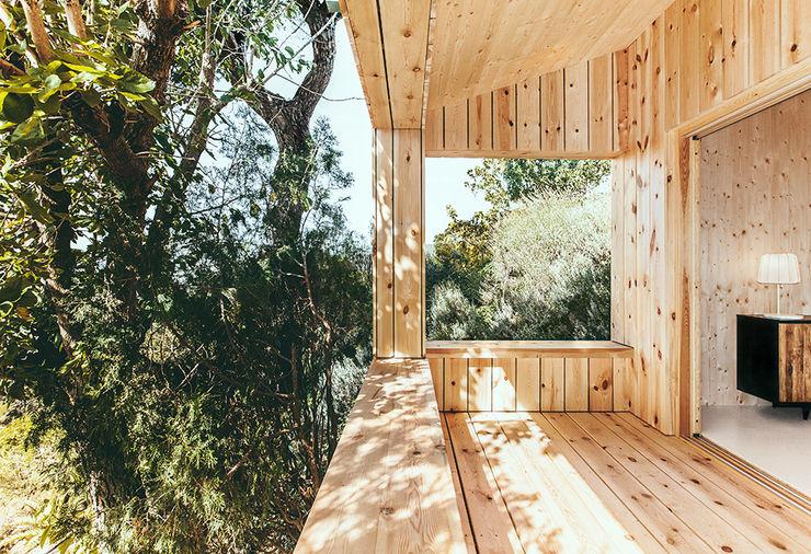 Casa estudio de madera dom arquitectura Balcones y terrazas de estilo moderno