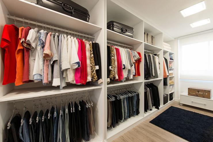 TRÍADE ARQUITETURA Closets de estilo moderno Madera Blanco