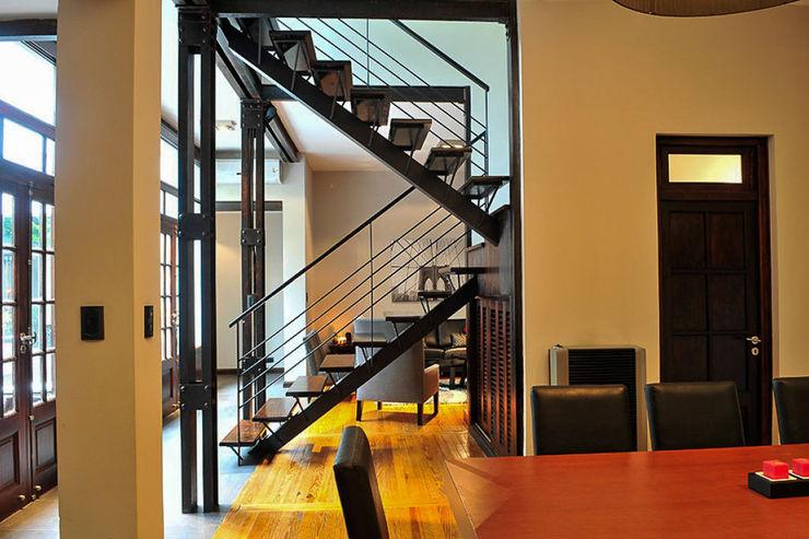 Escaleras + Sala comedor Radrizzani Rioja Arquitectos Pasillos, vestíbulos y escaleras de estilo minimalista Madera Marrón