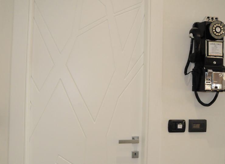 Casa SM ArchitetturaTerapia® Finestre & Porte in stile moderno Legno Bianco