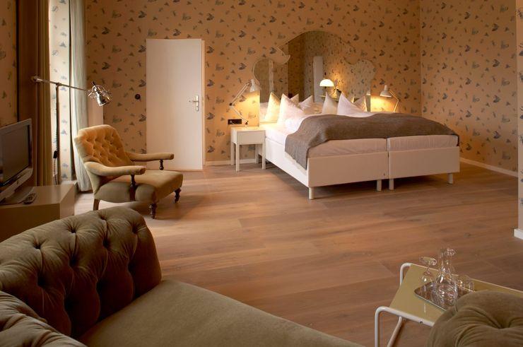 Bedroom Hotel Das Kranzbach Dennebos Flooring BV Skandinavische Hotels Holzwerkstoff Grau