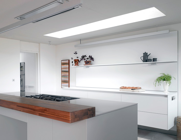 The kitchen at the house at Broad Street in Suffolk Nash Baker Architects Ltd Кухня Білий
