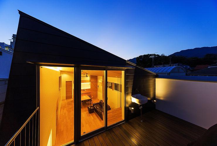 一級建築士事務所haus 스칸디나비아 발코니, 베란다 & 테라스 철 / 철강 검정
