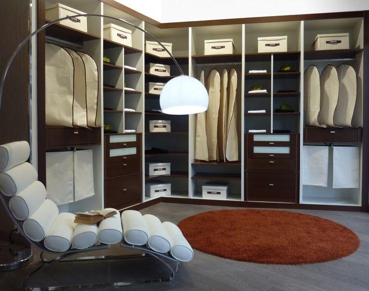 Vestidor a medida en madera de haya y lacado blanco VETTA GRUPO Vestidores y closetsArmarios y cómodas Madera Acabado en madera