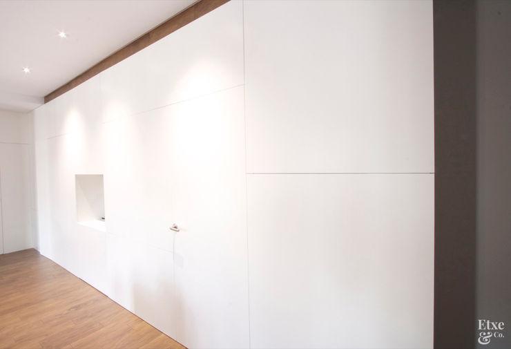 Armarios integrados en el pasillo. Etxe&Co Pasillos, vestíbulos y escaleras de estilo moderno Tablero DM