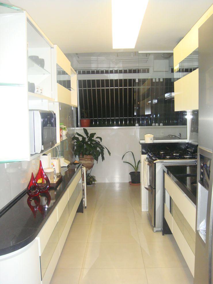 Catharina Quadros Arquitetura e Interiores Modern style kitchen Black