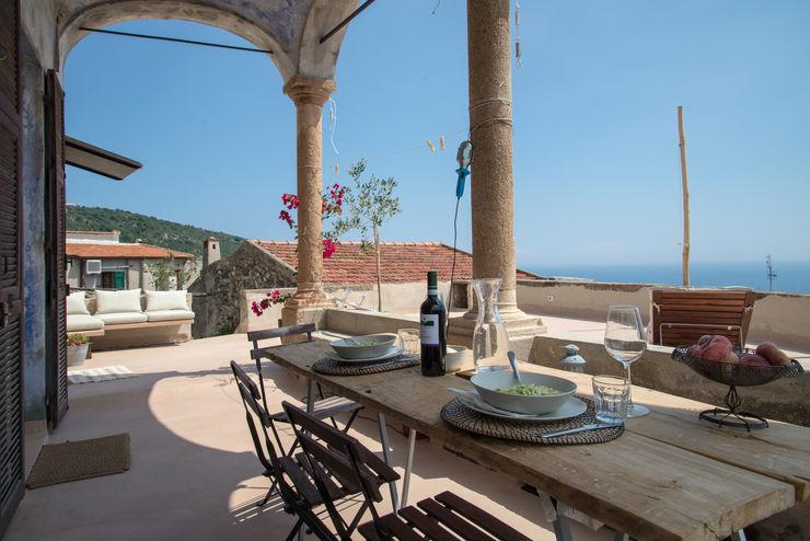 Terrazza sul mare a Verezzi con3studio Balcone, Veranda & Terrazza in stile mediterraneo Cemento Beige