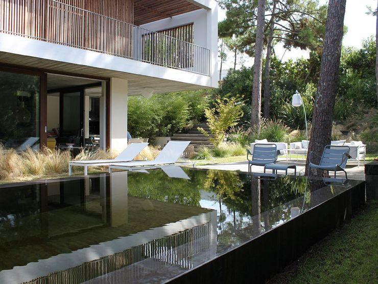 Aménagement d'un jardin de particulier au Cap Ferret NL-PAYSAGE- PAYSAGISTE DPLG Piscine moderne
