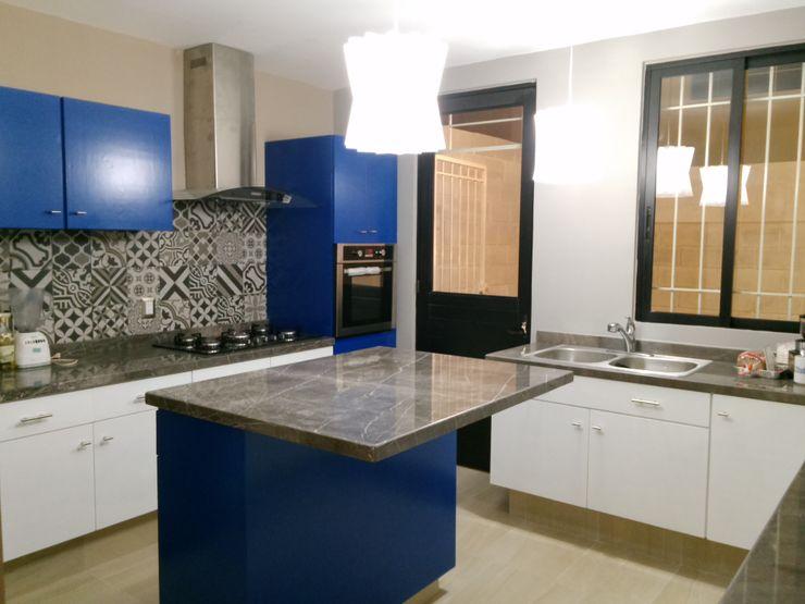 Constructora e Inmobiliaria Catarsis Cocinas de estilo moderno Mármol Azul