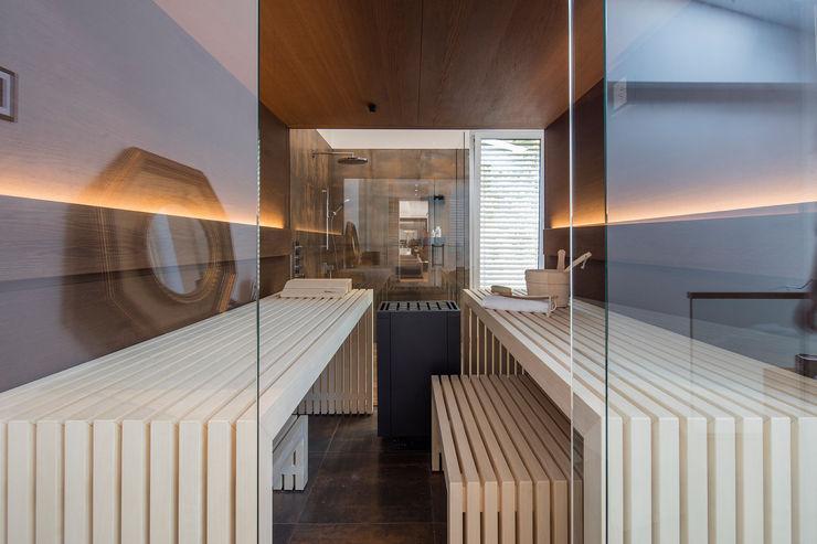 Luxuriöse Design-Sauna im wohnlichen Bad. corso sauna manufaktur gmbh Moderner Spa