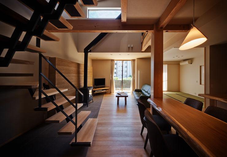 ダイニングよりリビングを見る 株式会社seki.design オリジナルデザインの リビング 木 木目調