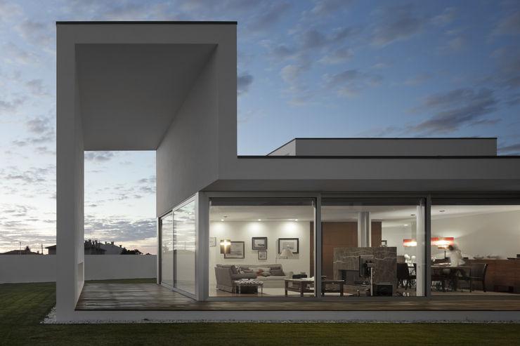 Casa em Aradas - Aveiro RVDM, Arquitectos Lda Casas modernas Branco