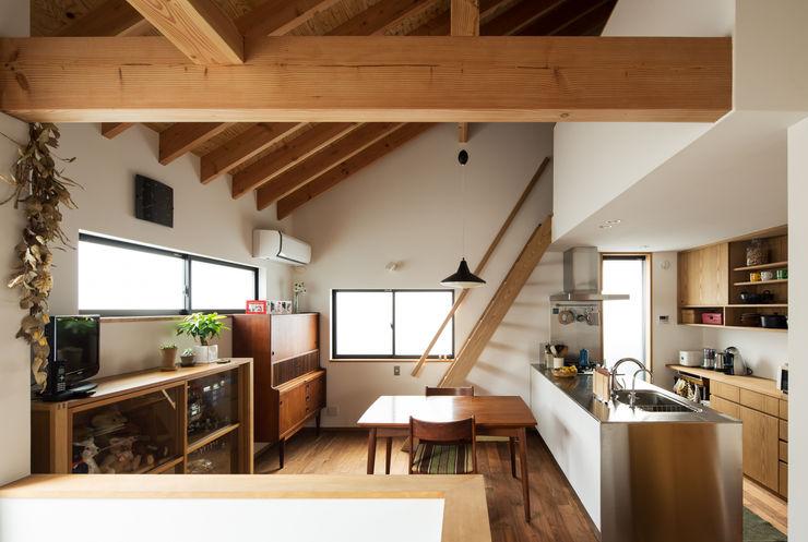 ダイニングキッチンを見る 藤森大作建築設計事務所 モダンデザインの ダイニング 白色