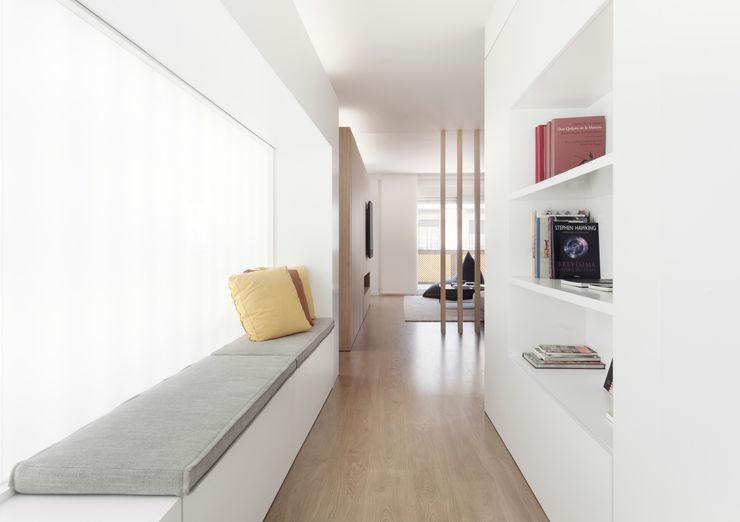 onside Minimalistischer Flur, Diele & Treppenhaus