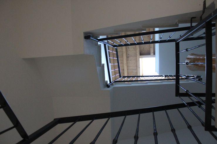 Realizzazioni Adami|Zeni Ingegneria e Architettura Ingresso, Corridoio & Scale in stile moderno
