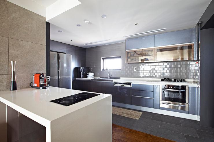 housetherapy Cocinas de estilo moderno Gris