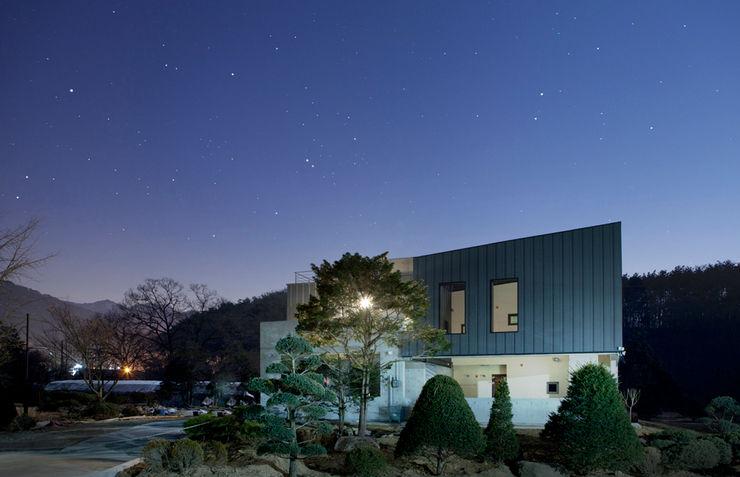 Bukhansan Dulegil house designband YOAP 모던스타일 주택