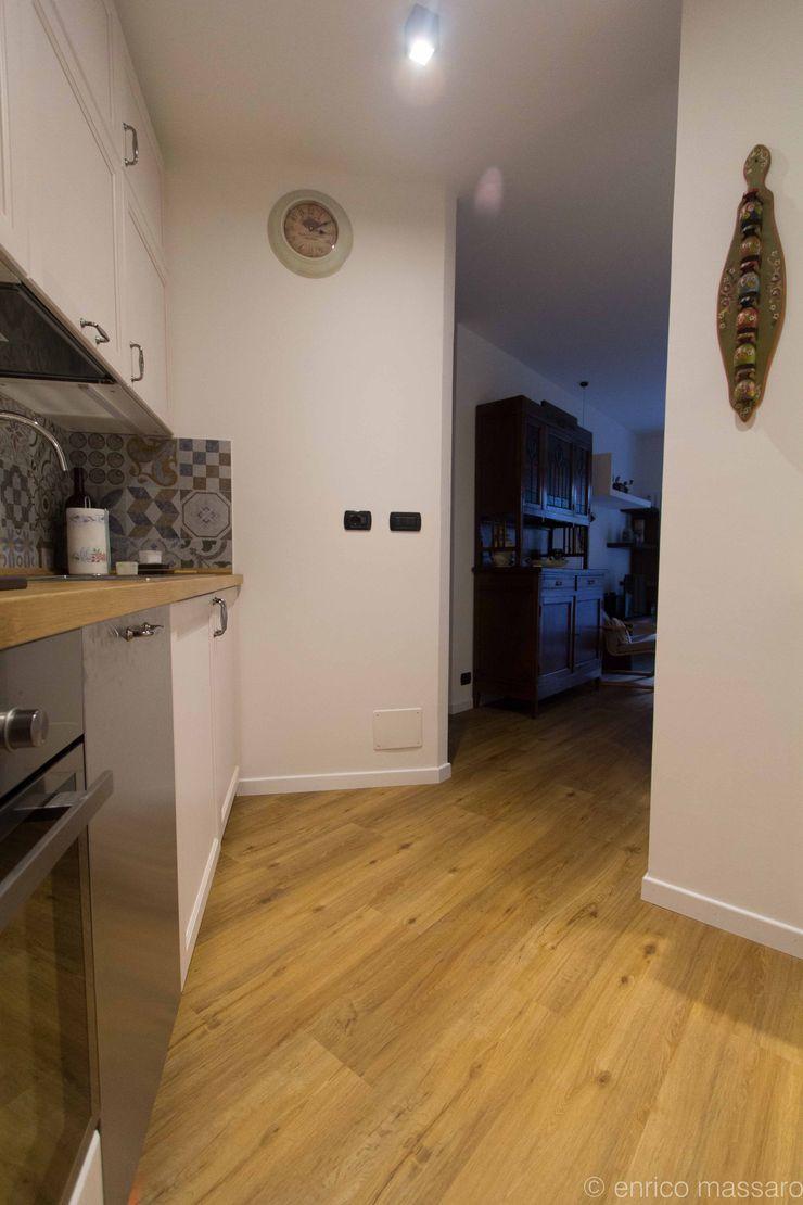 enrico massaro architetto Rustic style kitchen Engineered Wood White