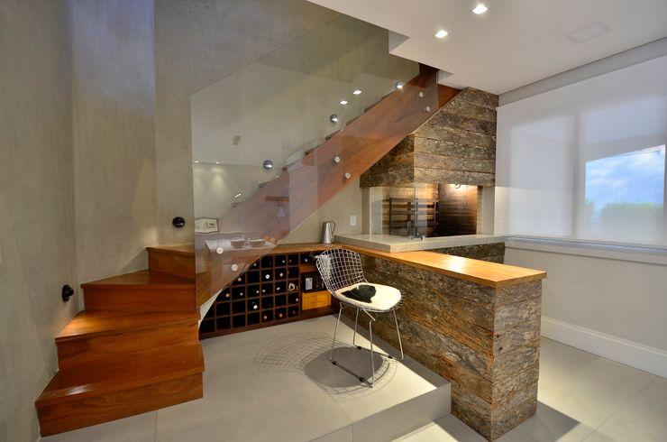 karen feldman arquitetos associados Pasillos, vestíbulos y escaleras de estilo moderno Madera maciza Acabado en madera