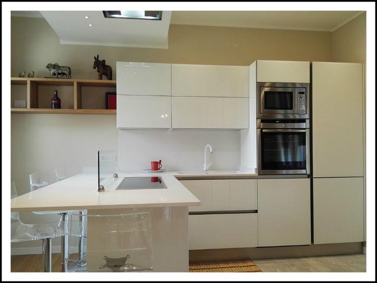 Cucina Veneta Cucine in vetro lucido modello RI-FLEX, colore bianco. Piano di lavoro in quarzo Okite Bianco. Formarredo Due design 1967 Cucina moderna Vetro Bianco