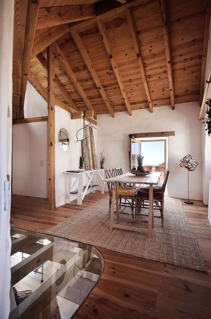 pedro quintela studio Sala da pranzo in stile rustico Vetro Effetto legno