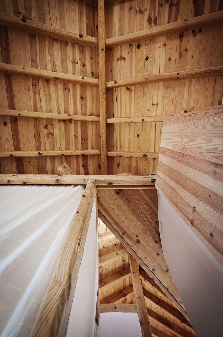 pedro quintela studio Ingresso, Corridoio & Scale in stile rustico Legno massello Effetto legno