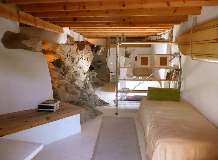 pedro quintela studio Camera da letto in stile rustico Pietra Bianco