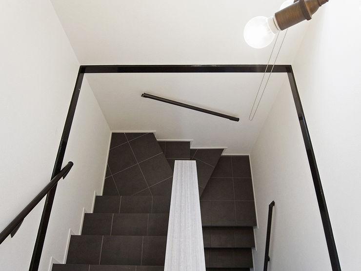 階段 ロクサ株式会社 玄関&廊下&階段階段 タイル 黒色