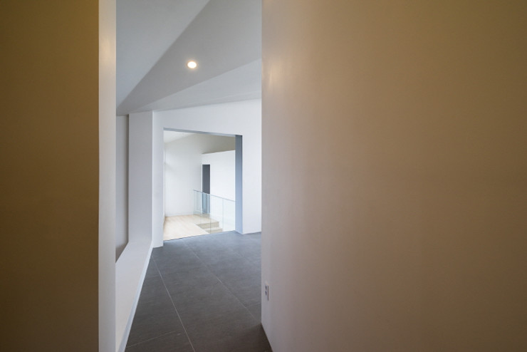 'Snow AIDe Modern Corridor, Hallway and Staircase