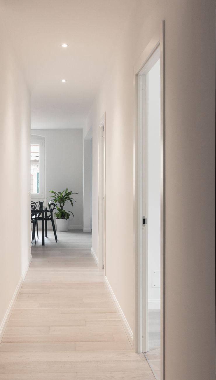Creto House UNO8A Ingresso, Corridoio & Scale in stile moderno