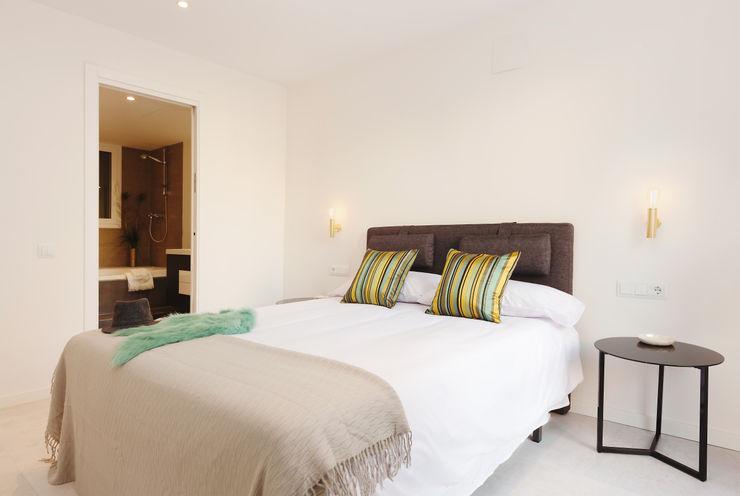 Master bedroom Markham Stagers Camera da letto moderna Bianco
