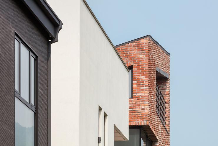 L house aandd architecture and design lab. 모던스타일 주택