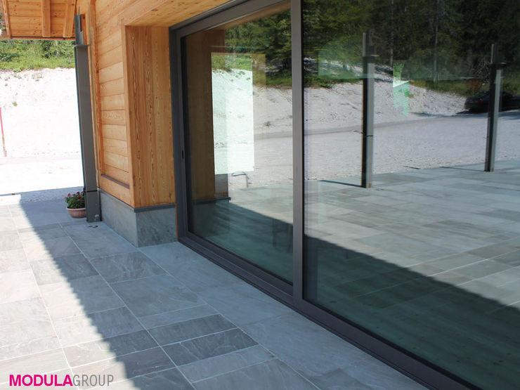 La tradizione di montagna incontra il design moderno Modula Group Srl Finestre & Porte in stile scandinavo Alluminio / Zinco Grigio
