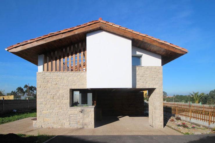 R. Borja Alvarez. Arquitecto 러스틱스타일 주택