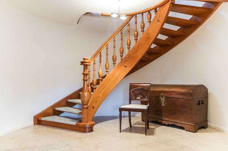 Staging einer Villa zum Verkauf Home Staging Gabriela Überla Klassischer Flur, Diele & Treppenhaus