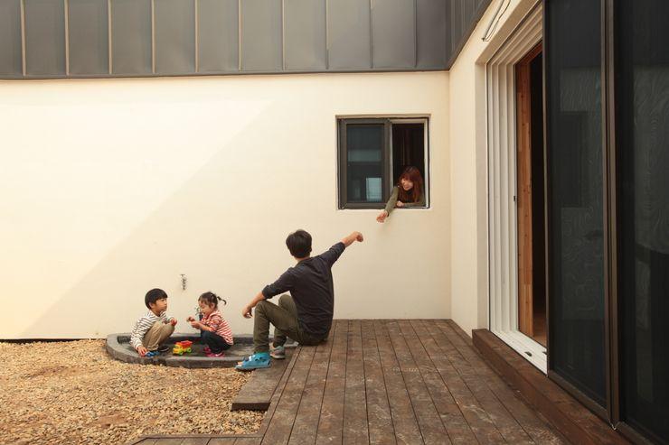 kimpo madang house 김포 두마당 집 집스터디 건축 스튜디오_JIP STUDY ARCHITECTS STUDIO 모던스타일 발코니, 베란다 & 테라스