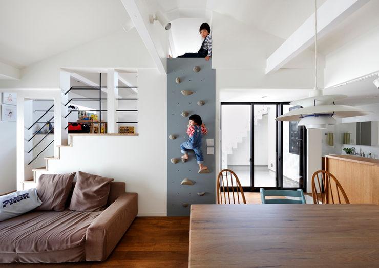 ボルダリングを施した壁面:リビングダイニング 一級建築士事務所アトリエm モダンデザインの リビング 木 木目調