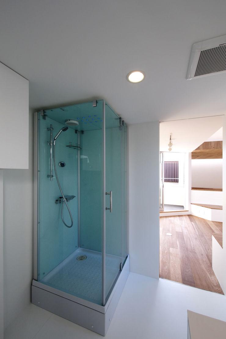 アトリエ スピノザ Minimalist style bathrooms