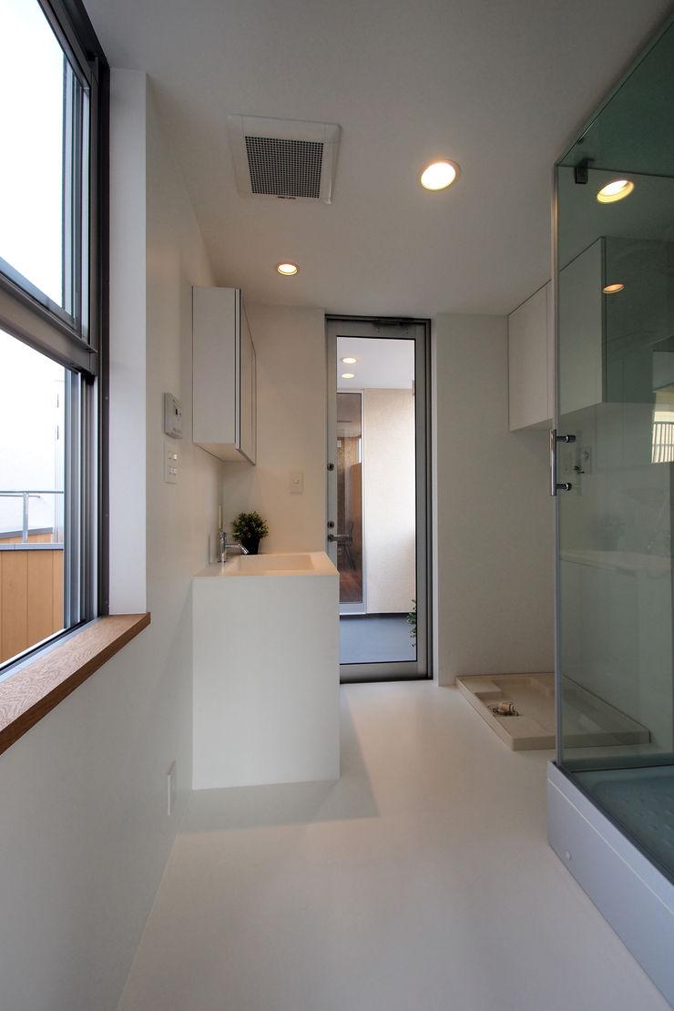 アトリエ スピノザ Modern style bathrooms