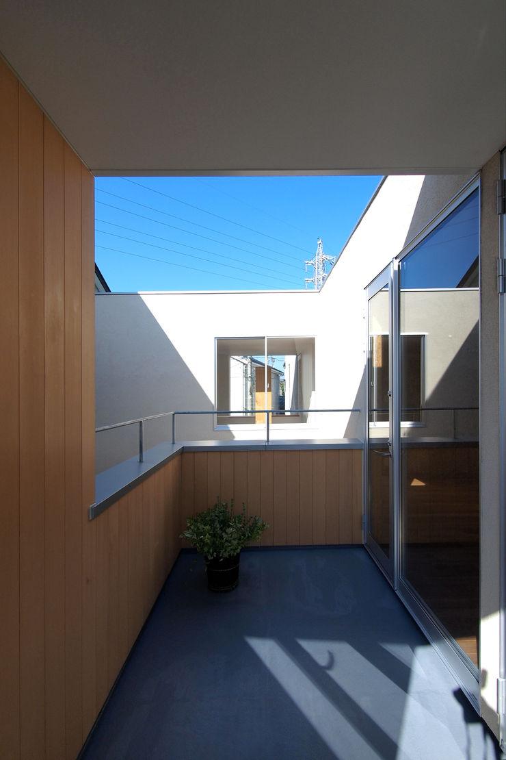 アトリエ スピノザ Scandinavian style balcony, porch & terrace