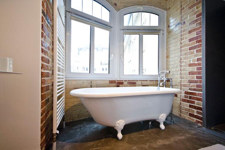 Studio DLF Modern bathroom