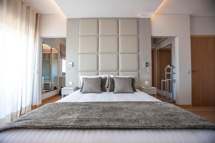 ÀS DUAS POR TRÊS, Arquitetura de Interiores e Decoração BedroomBeds & headboards